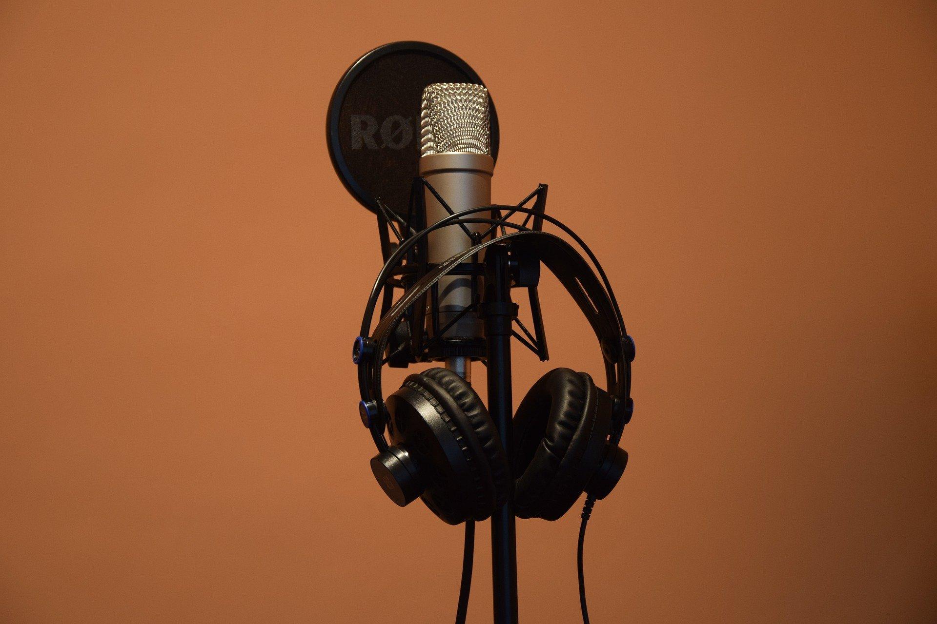 Ein Aufnahmemikrofon. Daran hängt ein Kopfhörer.